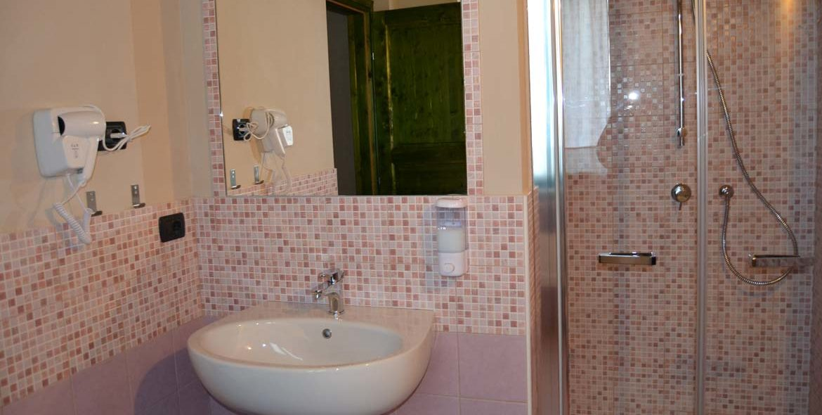 camera-stendhal-bagno-b&b-priocca-alba